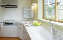 白とライトグリーンのキッチンスペース