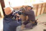 内部造作作業中の棟梁を撮影