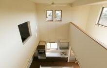 2階吹き抜けから見下ろすキッチンスペース