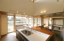 キッチンから観るダイニングスペース