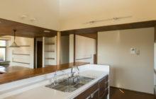 キッチンからエントランス方向を観る 上部は2階趣味室の窓