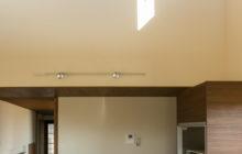 上部からもひかりが差し込むキッチン空間
