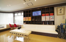 ソファーと一体化された本棚 歯科用の展示棚も兼ねる