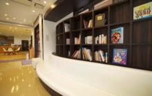 本棚と一体化された待合ソファー