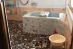既存のお風呂 冷たいタイルの床