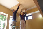 天井仕上げ材を張る大工職人さん