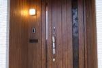新設の玄関ドア ドア周囲は杉板の塗装仕上げ