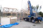 建て方工事 化粧梁設置の様子