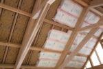 屋根下地通気スペーサーと断熱施工
