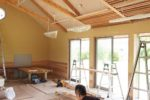 レッスン室天井木製ルーバーの組み立て