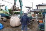 地盤改良工事 バッグホウで固化材搬入