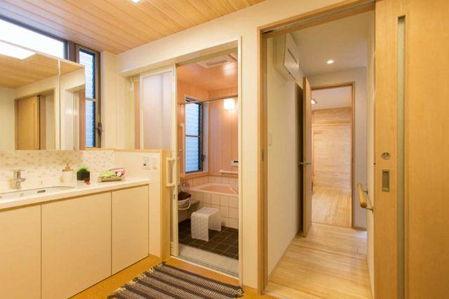 洗面室とコルクタイルの浴室