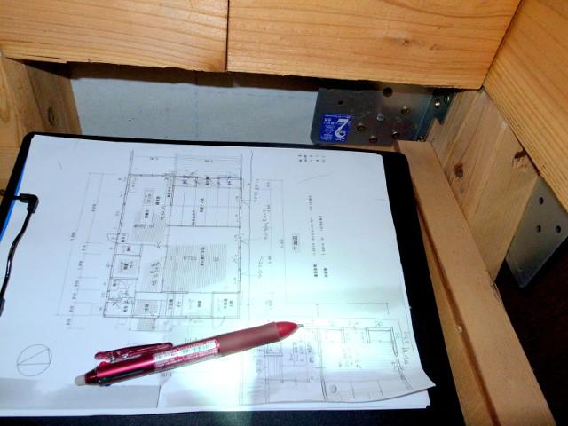 赤いペンと間取り図の挟まったクリップボード