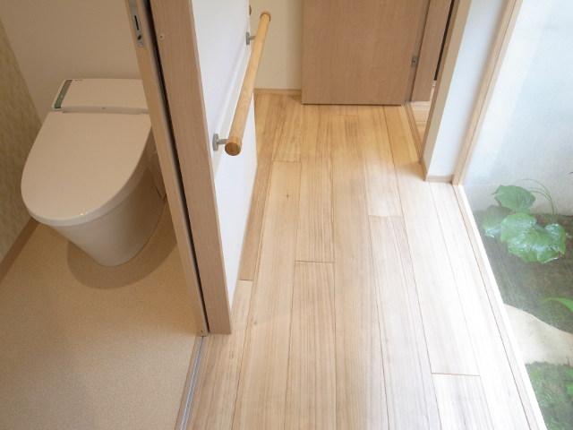 スライド式ドアとトイレ