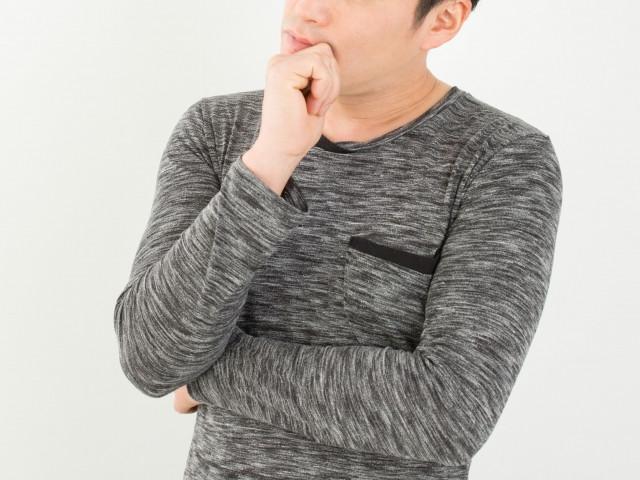 注文住宅について考える男性