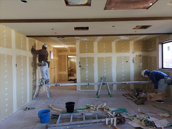 2階室内の内装下地施工を進める様子