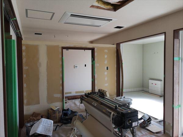 更衣室から見る内装仕上げ工事の様子