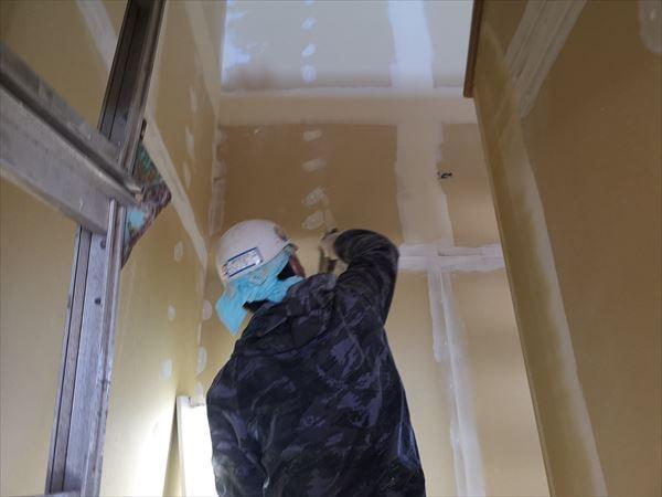 階段壁下地処理を行うクロス職人