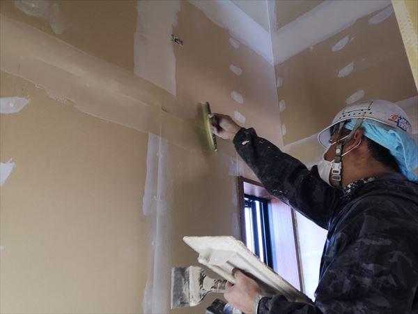壁下地処理を行うクロス職人