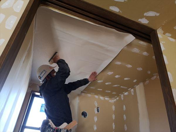 天井クロス壁紙を張るクロス職人