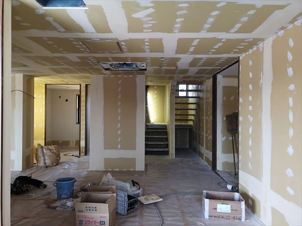 階段室周りの内装下地張り工事の様子