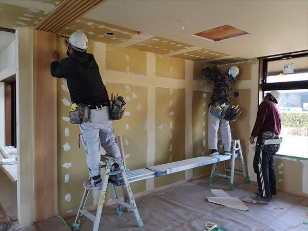 室内仕上げ下地ボードの表面処理を行う職人