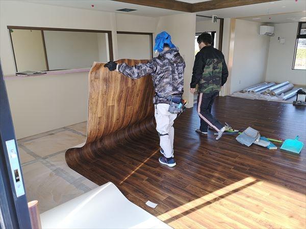 床仕上げシートを施工する内装職人