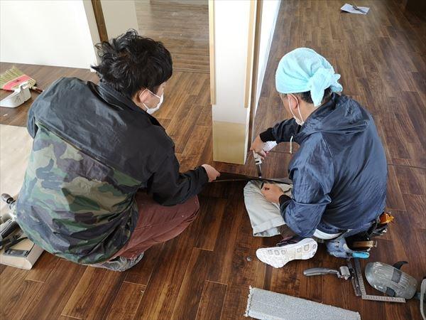 壁シート巾木をガスで温める内装職人