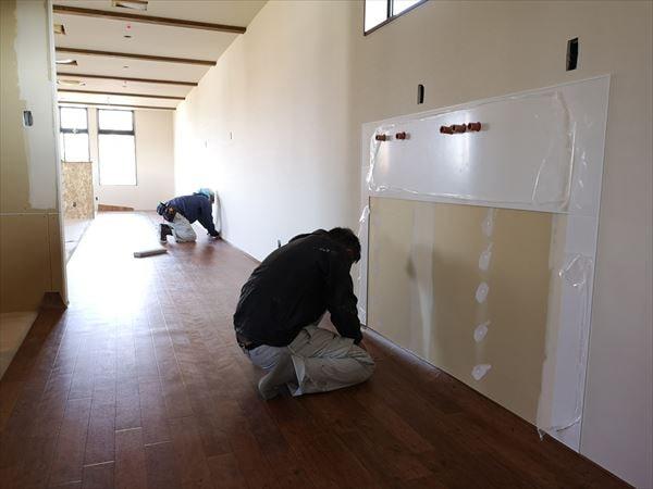 2階内装の床仕上げ材を張り込み内装職人