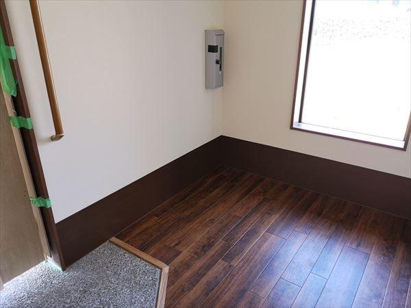 壁シート巾木が完成した室内の様子
