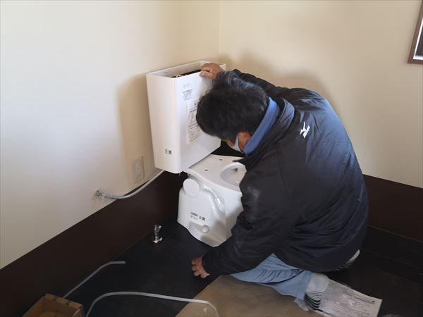 腰掛け便器を設置する設備職人