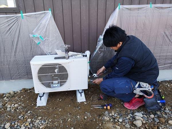 空調室外機の設置を行う職人