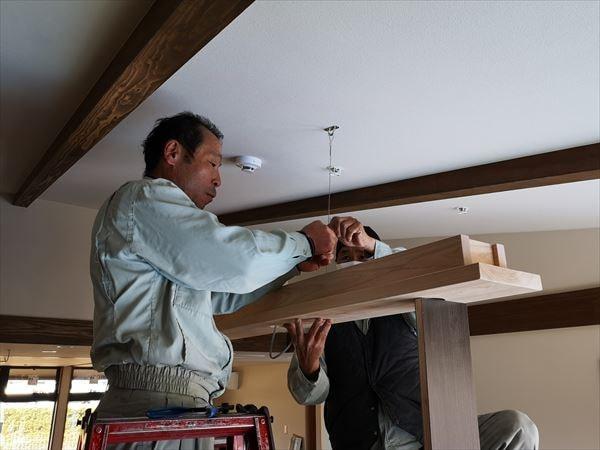 木製の造作照明を室内に設置する電気職人