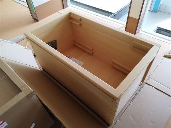 現場に納品された青森ヒバ製の生活リハビリ浴槽