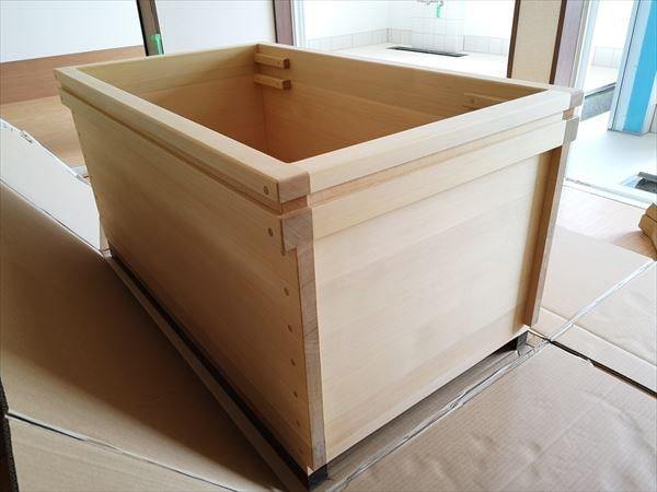 現場に納品された青森ヒバ製の生活リハビリ浴槽 浴槽天端周囲にサポート用の溝加工あり