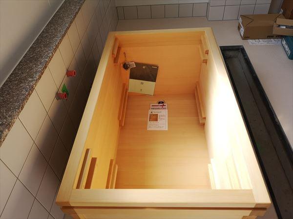 浴室に設置された青森ヒバ製の生活リハビリ浴槽