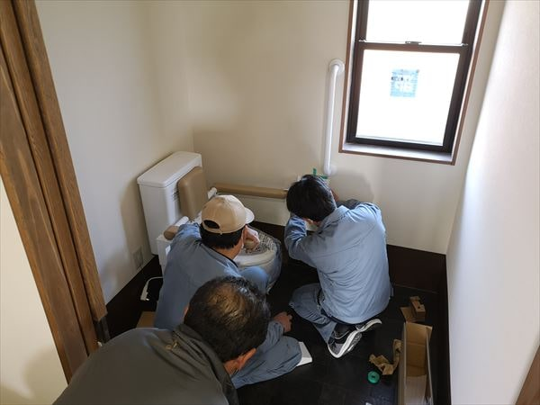 トイレの壁手すりを設置する設備職人