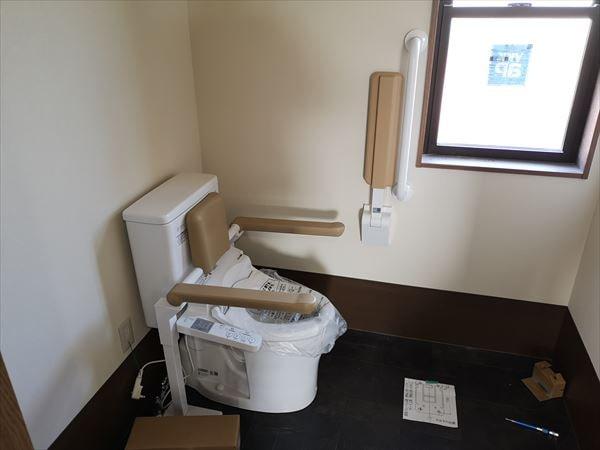 トイレに設置された腰掛け便器と壁手すり