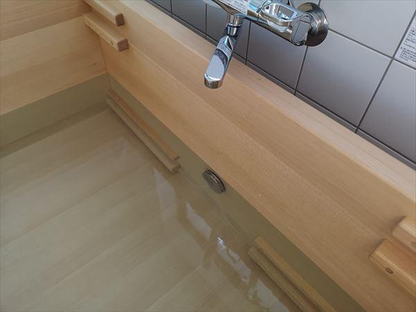 青森ヒバ製の木製浴槽にお湯を溜めた様子
