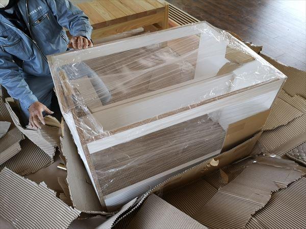 現場に梱包された状態で到着した洗面カウンターのユニット