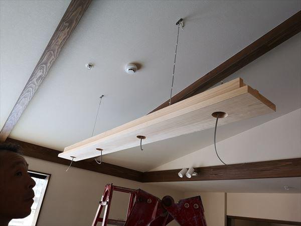 天井に吊り下げられた木製の造作照明器具