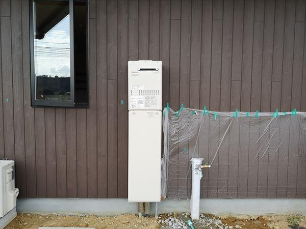 屋外の壁に設置された給湯ボイラー設備 正面