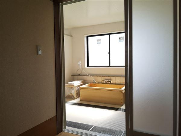 設置完了後の青森ヒバ製の生活リハビリ浴槽を脱衣室から見る