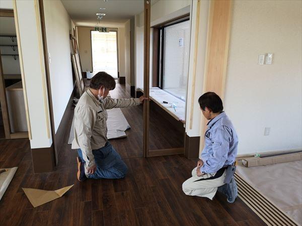 通路引き込み戸の建て付け状態を確認する建具職人
