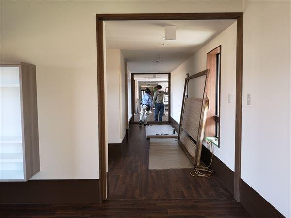 玄関から見た建具取付け工事前の室内の様子