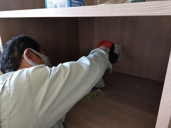 キッチン家電収納棚のコンセントを設置する電気職人