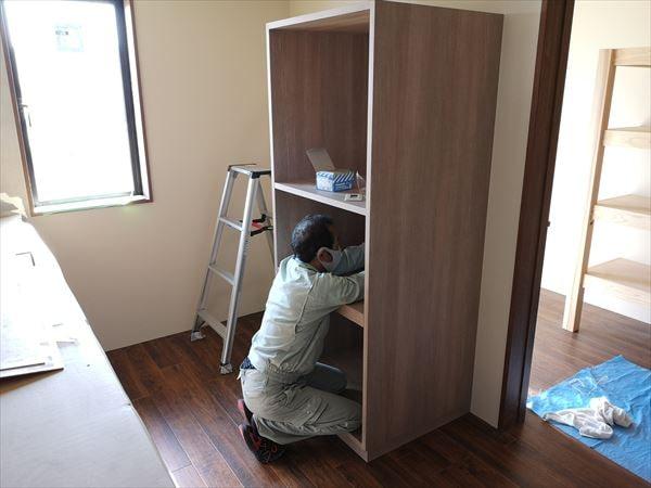 キッチン家電収納棚を設置する職人