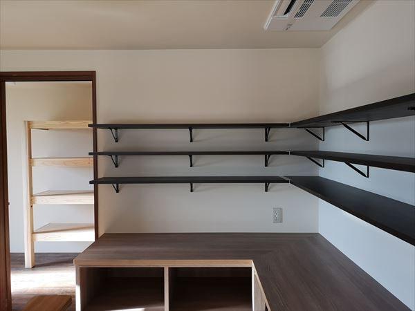キッチン内部の壁の収納棚