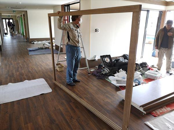大型の引き込み戸の框枠を持つ建具職人