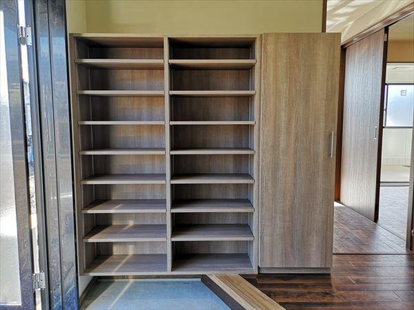 袖収納扉付きのオープン下足棚の設置完了